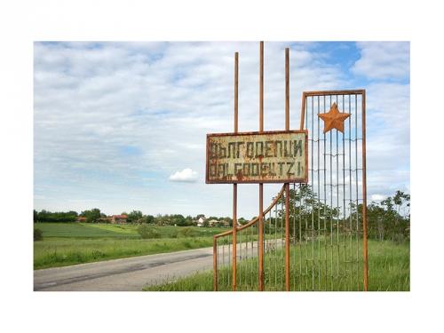Родното село на майката на д-р Андрей Георгиев – Дългоделци, община Якимово, област Монтана. Там семейството живее до 60-те години на 20 век.
