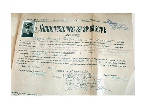 Свидетелството за завършено средно образование от Андрей Георгиев в Ломската мъжка гимназия през 1939 г.