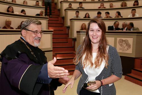 Петокурсничката Марина Митева получава своята награда